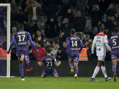 Le Suédois Jimmy Durmaz célèbre avec ses coéquipiers l'ouverture du score de Toulouse pour la réception de Lyon, le 16 janvier 2019    Pascal PAVANI [AFP]