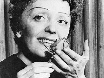 """Photo non datée d'Edith Piaf, avec laquelle Marcel Azzola a collaboré sur l'enregistrement de la chanson """"Sous le ciel de Paris""""     [AFP/Archives]"""