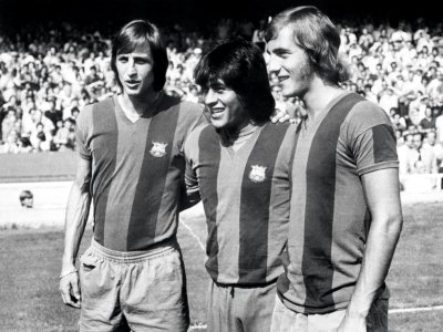Les joueurs du FC Barcelone Johan Cruyff (g), Hugo Sotil (c) et Johan Neeskens le 1er août 1974, avant un match au Camp Nou - STAFF, - [AFP/Archives]