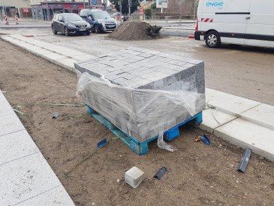 Des pavés pour l'aménagement des quais de la T4. - Amaury Tremblay