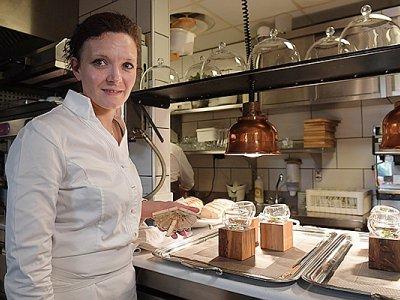 """La chef Fanny Rey dans son restaurant """"L'auberge Saint Remy"""", à Saint-Remy-de-Provence / AFP PHOTO / ANNE-CHRISTINE POUJOULAT - FRANCE-GASTRONOMY-WOMAN     AFP PHOTO / ANNE-CHRISTINE POUJOULAT"""