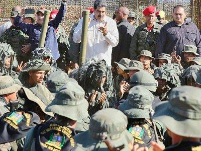 El presidente venezolano Nicolás Maduro (C) durante ejercicios militares en el Fuerte Guaicaipuro de Miranda, el 10 de febrero de 2019    HO [Venezuelan Presidency/AFP]