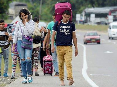 Migrantes venezolanos caminan en la ruta entre las ciudades de Cúcuta a Pamplona, en el norte de Colombia, el 10 de febrero de 2019    Raul ARBOLEDA [AFP]
