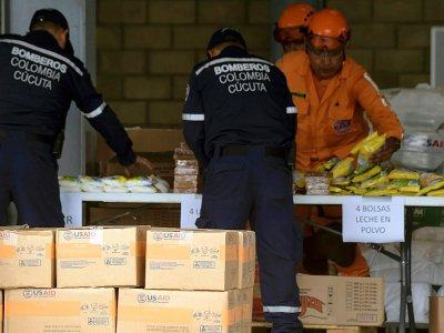 Efectivos de bomberos y defensa civil de Colombia organizan la ayuda humanitaria destinada a Venezuela, en un centro de acopio en Cúcuta, el 8 de febrero de 2019    Raul ARBOLEDA [AFP]