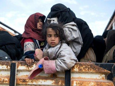 Des civils fuyant les zones de combats entre les jihadistes du groupe Etat islamique (EI) et les Forces démocratiques syriennes (FDS) près de Baghouz, dans l'est de la Syrie, le 14 février 2019    Fadel SENNA [AFP]