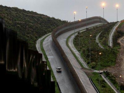 Un véhicule de police en patrouille près de la frontière entre les Etas-Unis et le Mexique, le 14 février 2019 à Tijuana - Guillermo Arias [AFP]