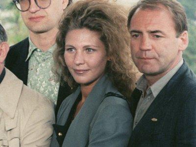 """(g-d) le réalisateur Wim Wenders (g), l'actrice Solveig Dommartin c) et l'acteur Bruno Ganz lors de la présentation du film """"Les Ailes du désir"""", le 17 mai 1987 au Festival de Cannes     [AFP/Archives]"""