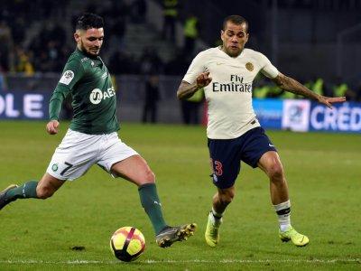 Le milieu de Saint-Etienne Rémy Cabella (g) face au défenseur brésilien du PSG Dani Alves, le 17 février 2019 au stade Geoffroy-Guichard    JEAN-PHILIPPE KSIAZEK [AFP]