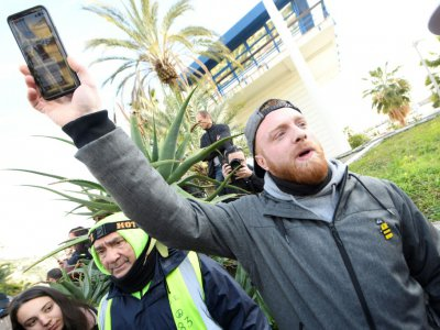 Maxime Nicolle, (bras levé), le 9 février 2019, à Menton    YANN COATSALIOU [AFP/Archives]