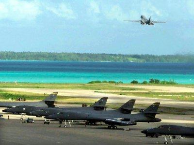 Un bombardier B-1B de l'US Air Force décolle de la base de Diego Garcia pour une mission en Afghanistan, le 7 octobre 2001    USAF [DOD/AFP/Archives]
