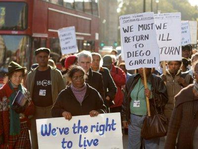 Des anciens habitants des Chagos et leurs descendants manifestent devant le Parlement à Londres, le 22 octobre 2008    SHAUN CURRY [AFP/Archives]
