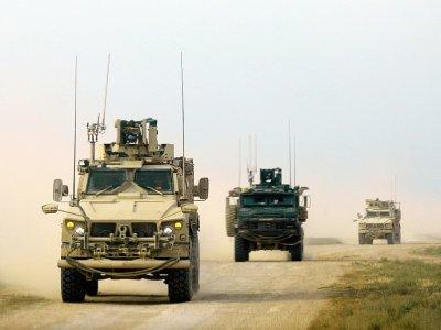 Des véhicules de la coalition internationale antijihadistes soutenue par les Etats-Unis engagés dans la bataille contre le groupe Etat islamique dans l'est de la Syrie, province de Deir Ezzor, le 21 février 2019    Delil souleiman [AFP]
