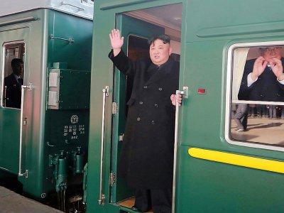 Photo fournie, par les autorités officielles nord-coréennes, montrant Kim Jong Un à bord d'un train quittant la gare de Pyongyang à destination de Hanoï pour sa rencontre avec le président américain Donald Trump, le 23 février 2019    KCNA VIA KNS [KCNA VIA KNS/AFP]