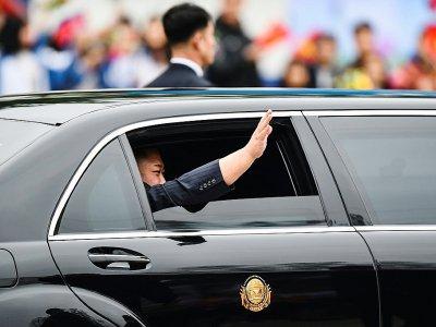 Le dirigeant nord-coréen salue la foule depuis la fenêtre d'une voiture officielle à son arrivée à Dong Dang, le 26 février 2019 au Vietnam - Nhac NGUYEN [AFP]