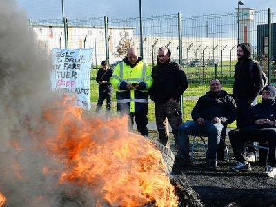Des surveillants de l'administration pénitentiaire lors d'un blocage de la prison d'Alençon, le 7 mars 2019 à Condé-sur-Sarthe - JEAN-FRANCOIS MONIER [AFP]