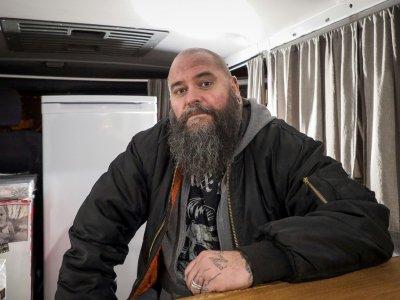 Sebastien Cherrier, dans son bar-truck installé sur la place du village à Villequiers, près de Bourges, le 8 mars 2019    GUILLAUME SOUVANT [AFP]