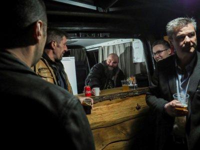 Des clients prennent un verre au bar truck de  Sébastien Cherrier, installé sur la place du village de Villequiers, près de Bourges, le 8 mars 2019    GUILLAUME SOUVANT [AFP]