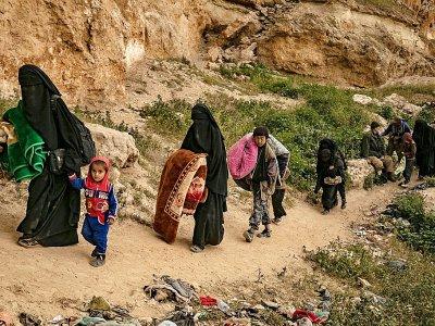 Des femmes et des enfants quittant le dernier réduit du groupe jihadiste Etat islamique à Baghouz dans l'est de la Syrie, le 14 mars 2019    Delil souleiman [AFP]