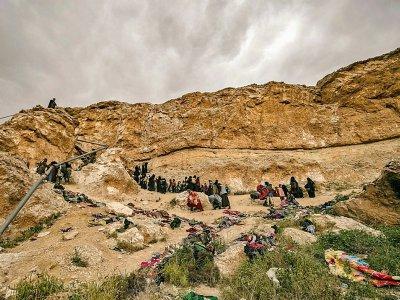 Des membres présumés du groupe Etat islamique fuient le dernier réduit de l'EI à Baghouz dans l'est de la Syrie, le 14 mars 2019    Delil souleiman [AFP]