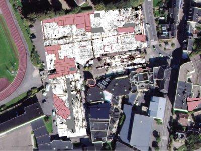 Les bâtiments découverts sont en rouge. On distingue par des traits noirs les voies de circulation. - DR