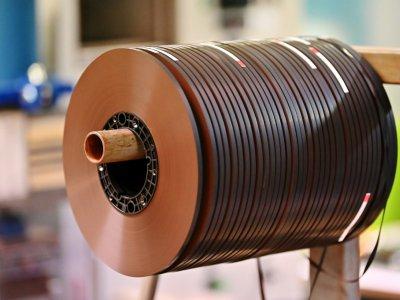 Quelques kilomètres de bande magnétique produites par Mulann à Avranches, pour les nouvelles cassettes audio, le 14 mars 2019    CHARLY TRIBALLEAU [AFP]