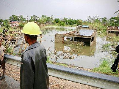 Des habitants près du village inondé de Tica, dans le centre du Mozambique, le 19 mars 2019, après le passage du cyclone Idai - ADRIEN BARBIER [AFP]