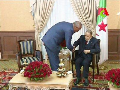 Le président Abdelaziz Bouteflika (d) serre la main de son nouveau Premier ministre, Nourredine Bedoui, sur des images diffusées le 11 mars 2019 par la télévision Canal Algérie    - [CANAL ALGERIE/AFP]