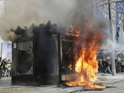 """Un kiosque incendié sur les Champs-Elysées le 16 mars 2019 lors de l'acte 18 des """"gilets jaunes"""".    Geoffroy VAN DER HASSELT [AFP]"""