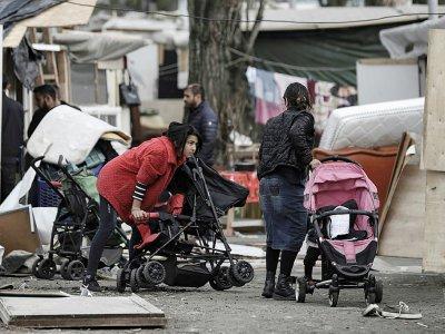 Des membres de la communauté rom dans le camp de Bobigny, le 27 mars 2019 deux jours après que le camp a été attaqué suite à des fausses rumeurs d'enlèvement    KENZO TRIBOUILLARD [AFP]