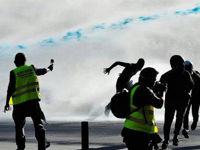 """La police utilise des canons à eau pour disperser une manifestation de """"gilets jaunes"""", le 23 mars 2019 à Bordeaux - GEORGES GOBET [AFP/Archives]"""