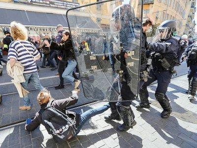 """Heurts entre policiers et """"gilets jaunes"""", le 23 mars 2019 à Nice - Valery HACHE [AFP/Archives]"""
