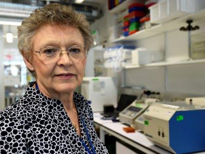 Françoise Barré-Sinoussi qui vient d'être nommée présidente de Sidaction, pose le 21 juillet 2017 dans le laboratoire de l'institut Pasteur à Paris    BERTRAND GUAY [AFP/Archives]