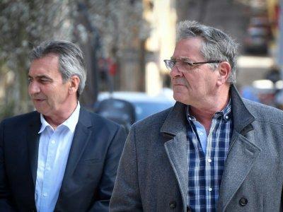 Le co-pilote Bruno Odos (g) et le pilote Jean Fauret arrivent à la Cour d'assises d'Aix-en-Provence, le 19 amrs 2019    GERARD JULIEN [AFP/Archives]