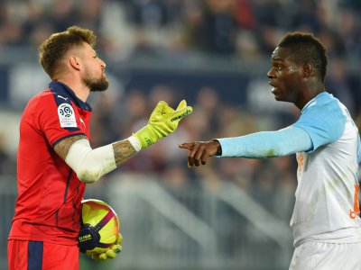 L'attaquant de Marseille Mario Balotelli (d) en discussion avec le gardien de Bordeaux Benoît Costil le 5 avril 2019