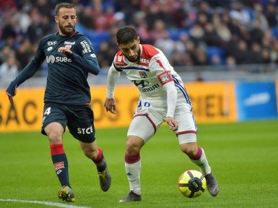 L'attaquant de l'OL Nabil Fékir (d) devant le milieu de Dijon Jordan Marié, le 6 avril 2019 à Décines-Charpieu, près de Lyon    ROMAIN LAFABREGUE [AFP]