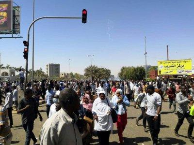Manifestation devant le quartier général de l'armée à Khartoum, le 7 avril 2019 au Soudan    - [AFP]