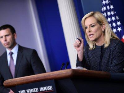 Kirstjen Nielsen (D), alors ministre de la Sécurité intérieure, et Kevin K. McAleenan, alors chef du service américain des douanes et de protection des frontières (CPB) à la Maison Blanche à Washington, DC le 18 juin 2018    Brendan SMIALOWSKI [AFP/Archives]