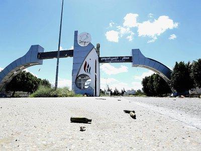 Des cartouches à l'entrée de l'ancien aéroport international de Tripoli le 8 avril 2019. Les combats entre rivaux libyens se concentrent autour de cette infrastructure.    Mahmud TURKIA [AFP]
