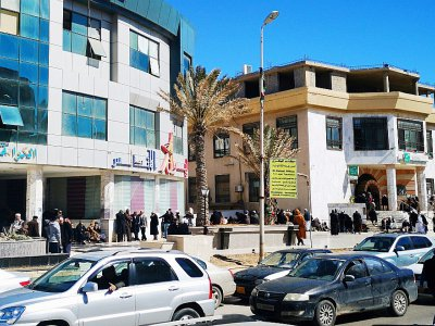 Des Libyens font la queue devant une banque dans le centre de Tripoli, le 8 avril 2019    Imed LAMLOUM [AFP]