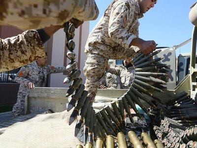 Des combattants loyaux au Gouvernement d'union nationale préparent leurs armes contre les focres de Khalifa Haftar, le 8 avril 2019 près de Tripoli.    Mahmud TURKIA [AFP]