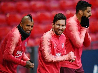 L'attaquant du Barça Lionel Messi (c) avec Luis Suarez (d) et Arturo Vidal lors d'une séance d'entraînement à Old Trafford, le 9 avril 2019    Oli SCARFF [AFP]