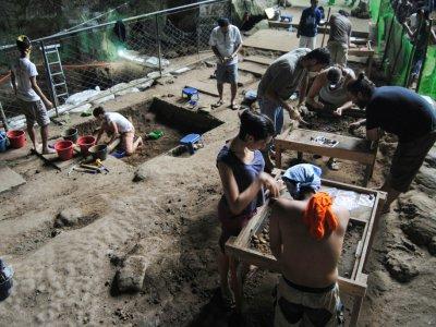 Le chantier de fouilles dans la grotte de Callao dans le nord de l'île de Luçon, le 9 aout 2011    Armand SALVADORE NUJARES [Florent DETROIT/AFP/Archives]