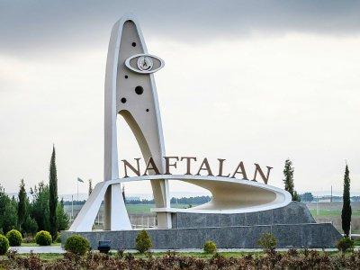 Un monument à l'entrée de la petite ville de Naftalan, connue pour ses traitements au pétrole brut, le 21 mars 2019    Mladen ANTONOV [AFP]