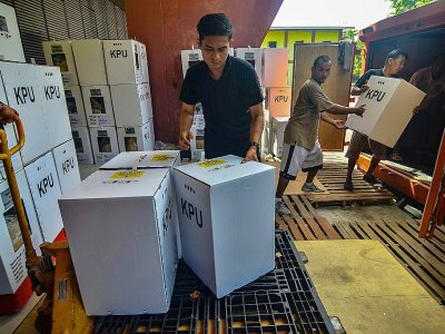 Des urnes sont chargées à bord d'un camion à Pekanbaru, en vue du scrutin du 17 avril    WAHYUDI [AFP]