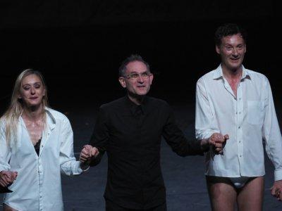 """Le chorégraphe Jean-Claude Gallotta (c) et les danseurs de """"L'homme à la tête de chou"""" salue le public au 43e Printemps de Bourgaes, le 16 avril 2019 - GUILLAUME SOUVANT [AFP]"""