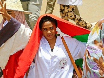 Une manifestante soudanaise autour du QG de l'armée, à Khartoum, le 17 avril 2019    Ashraf SHAZLY [AFP]