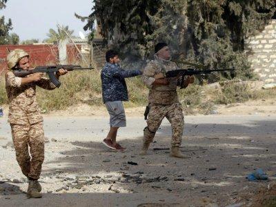 Des combattants loyaux au gouvernement d'union nationale (GNA) tirent sur les forces du maréchal Khalifa Haftar, au sud de la capitale libyenne Tripoli, le 20 avril 2019 - Mahmud TURKIA [AFP]