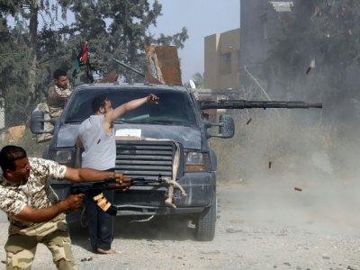 Des combattants loyaux au gouvernement d'union nationale (GNA) tirent sur les forces du maréchal Khalifa Haftar, dans la banlieue sud de la capitale libyenne Tripoli, le 20 avril 2019 - Mahmud TURKIA [AFP]