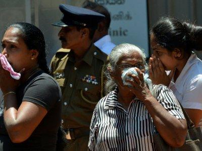 Des Sri-lankais cherchent à identifier des proches parmi les corps entreposés dans l'hôpital à Negombo, le 22 avril 2019, au lendemain de la série d'explosions - ISHARA S. KODIKARA [AFP]