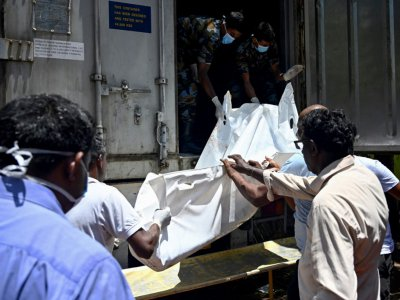 Le corps d'une victime est transporté vers la morgue le 22 avril 2019, à Negombo au lendemain des attentats meurtriers - Jewel SAMAD [AFP]